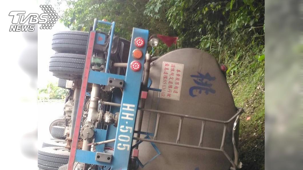 今(24日)上午9時52分舊蘇花公路發生一起槽車翻覆事故。圖/TVBS 強鹼外洩!化學槽車翻覆駕駛慘死 舊蘇花管制中