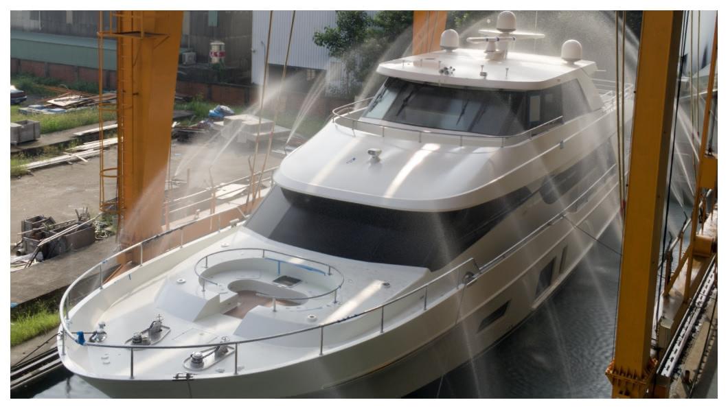 在遊艇製造的黃金年代,台灣出現近300家遊艇廠,上下游產業鏈一應俱全。台灣遊艇精湛的工藝與科技設計,令全球驚艷。有花蓮大理石拼花檯面、主人房配有附地板加熱器的雙衛浴、真皮沙發,全是基本配備;台廠還能針對客戶需求量身打造,上層甲板2層都配備吧台,集合電力、娛樂、駕駛的單一觸控螢幕等。    圖/東哥遊艇
