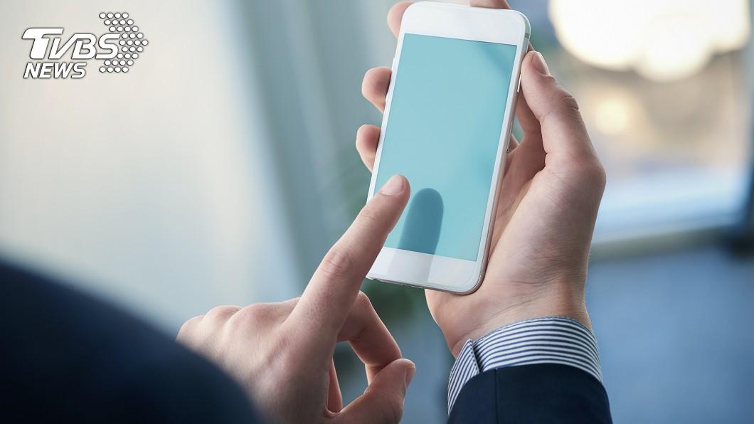 手機已成為人類日常生活中,不可或缺的產品。圖/TVBS 剛買iPhone!他第一天吃這個 網虧:還好沒賣腎