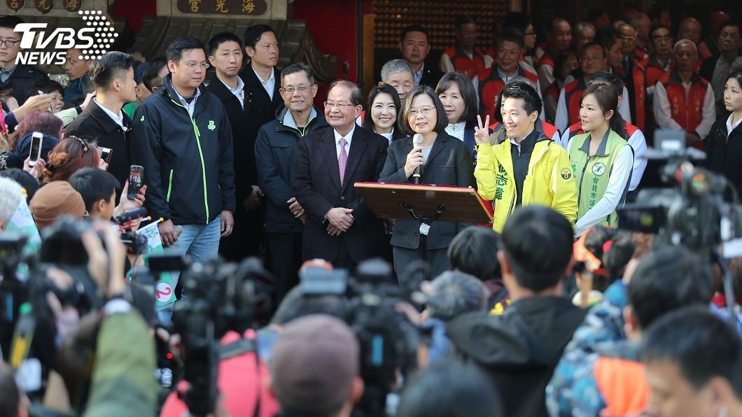 圖/中央社 北市立委補選倒數 蔡總統陪何志偉參拜祈福