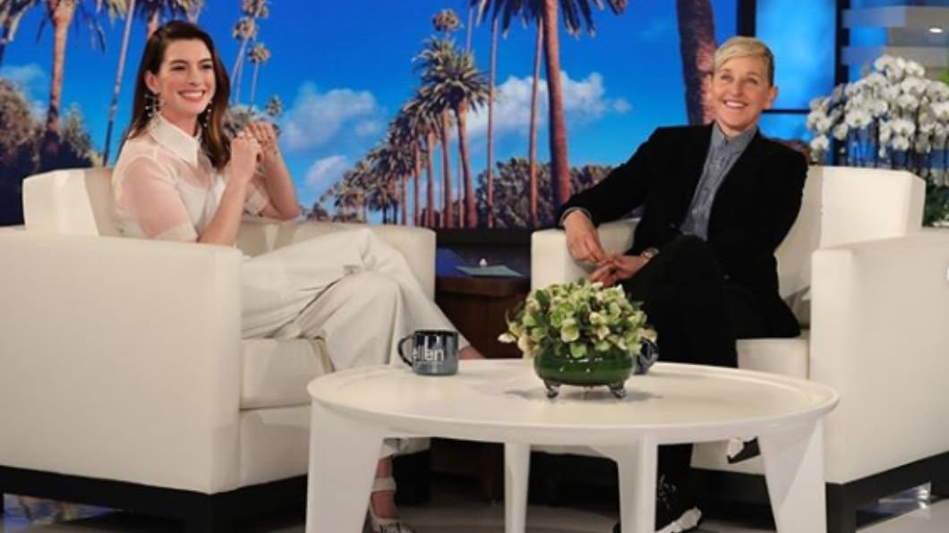 安海瑟薇近日上《艾倫秀》接受專訪。圖/翻攝自Anne Hathaway IG 為2歲兒戒18年酒癮! 安海瑟薇:他需要我