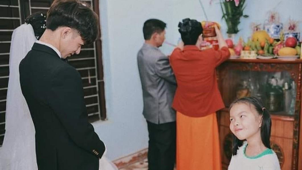 攝影師Nguyễn Văn Nam捕捉到這逗趣畫面,在全球爆紅。圖/翻攝自 臉書