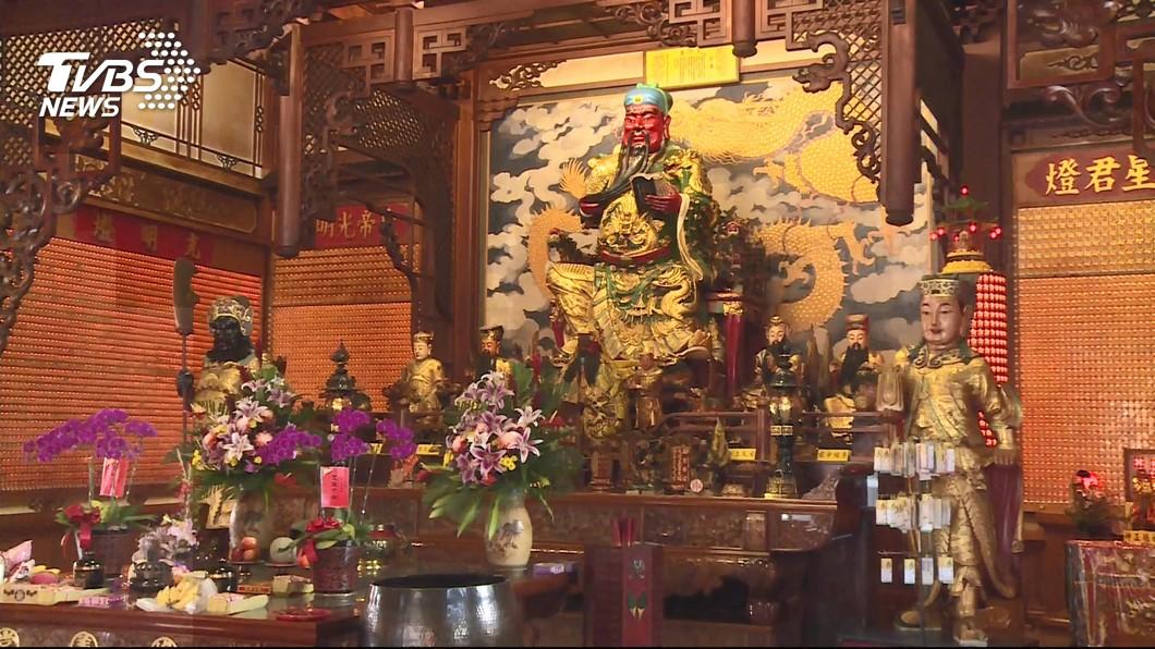 每年春節,五甲關帝廟都會推出擲筊比賽。圖/TVBS