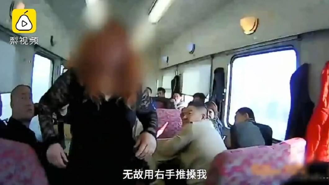 酒醉女子。圖/翻攝自梨視頻 醉!女搭高鐵狂喝白酒 譙乘客「半裸暴打」列車長