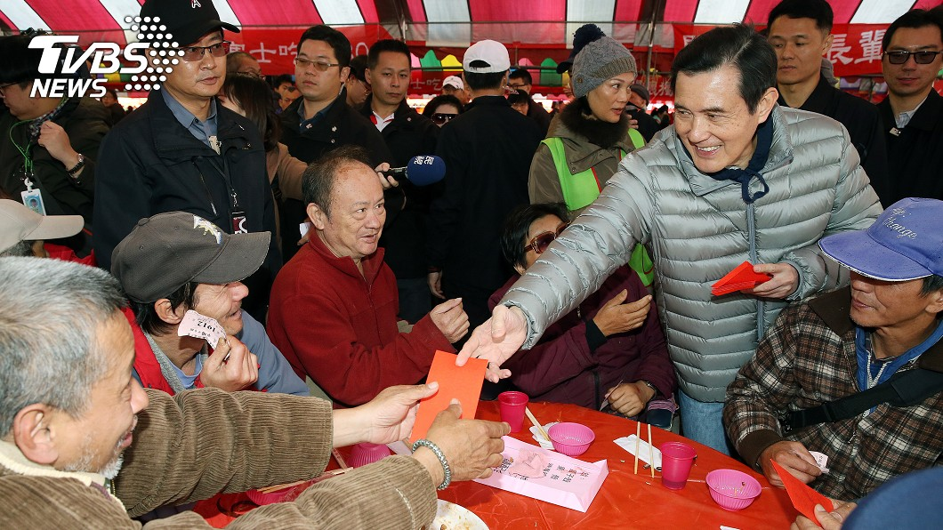 由創世、華山、人安基金會策略聯盟舉辦的「第29屆寒士吃飽30尾牙」,前總統馬英九(前右2)出席台北場活動並致贈紅包。(圖/中央社)