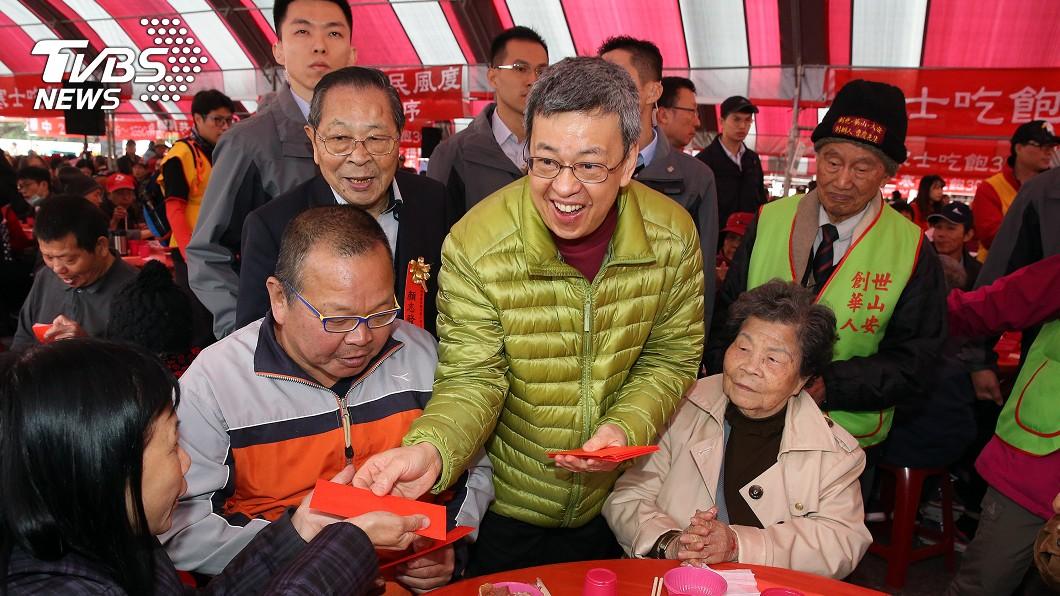 副總統陳建仁(前右2)出席台北場致贈紅包,陪伴民眾感受過年氣氛。(圖/中央社)