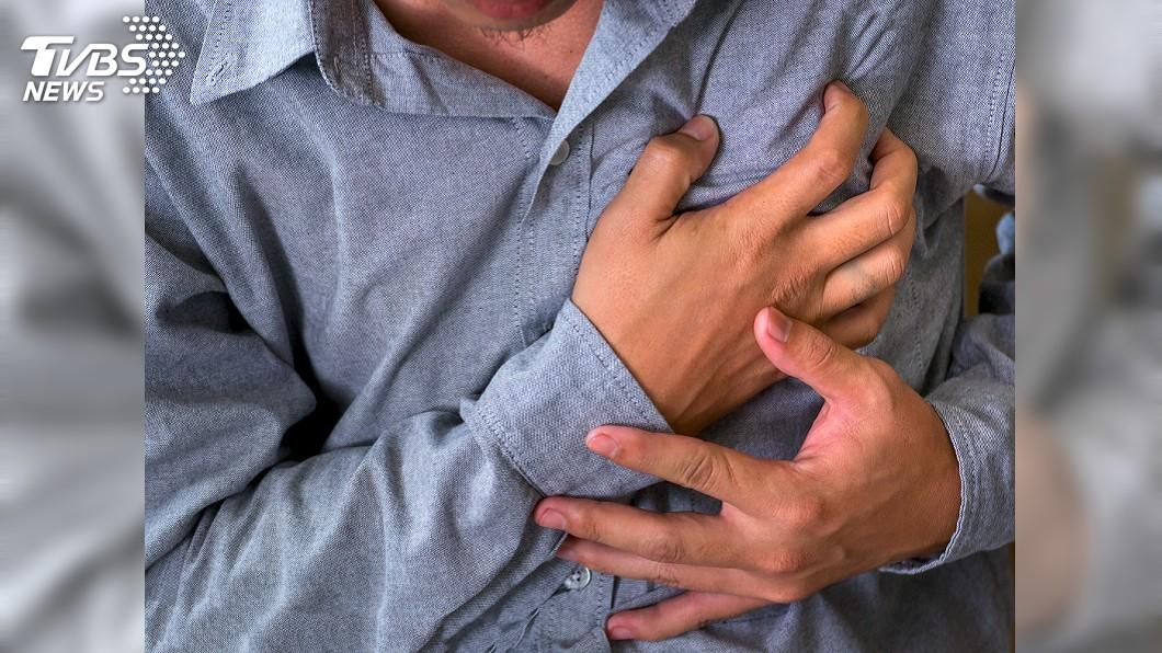 吳姓警員疑似因心臟主動脈剝離嚴重出血,經搶救後宣告不治。(示意圖/TVBS) 驚!26歲警值班趴桌猝死 疑心臟主動脈剝離
