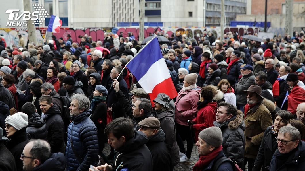 圖/達志影像美聯社 黃背心不代表全民 法「紅領巾」萬人遊行反暴力