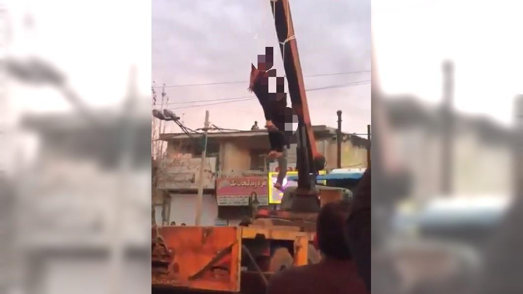 伊朗3名搶匪因殺人罪被判處公開絞刑。圖/翻攝自推特 3匪殺人判絞刑 吊車「當眾行刑」引圍觀