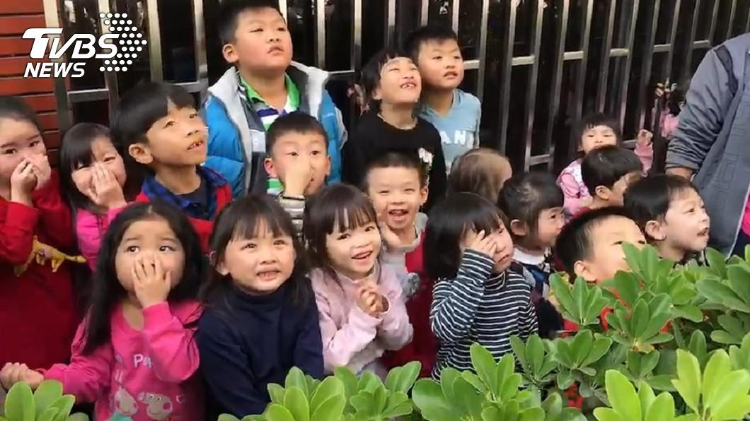 幼兒園孩童被救出,嚇得大叫「好恐怖喔」。/TVBS 失火啦!他抽根菸驚見幼兒園冒黑煙 及早通報救出33童