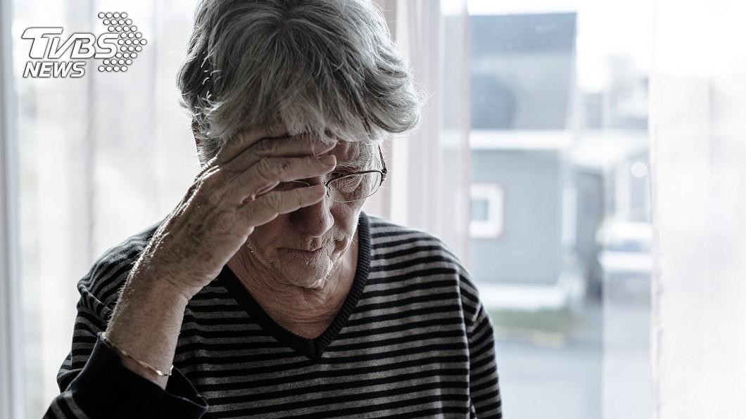 一名老婦頭痛數月,去眼科檢查才發現是青光眼所致。示意圖/TVBS 老婦頭痛欲裂數月 竟是「這個」惹禍恐失明
