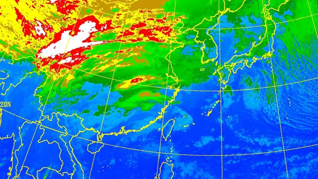 明晚將有一波鋒面南下,北台灣轉濕冷。圖/中央氣象局