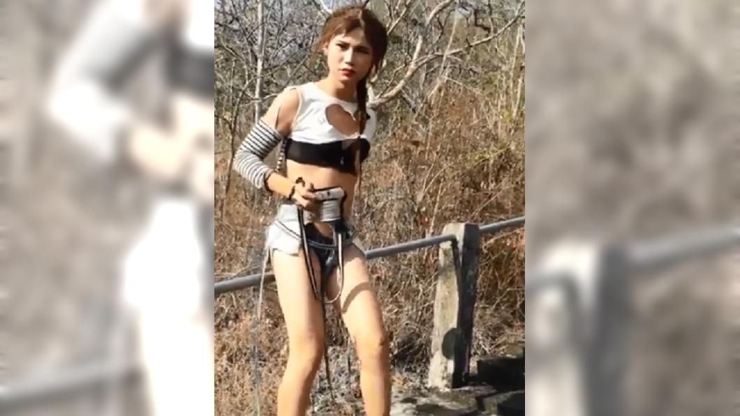 一名泰國女子穿著「極度挖空」牛仔褲在景區拍照。圖/翻攝自泰國清邁象臉書