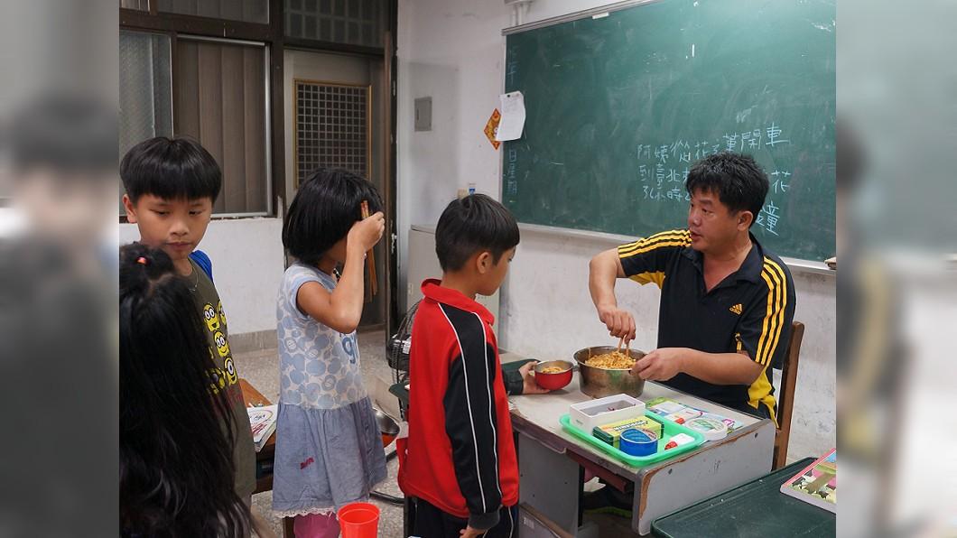 幾年前,學生晚上留校課輔,學校沒有經費給晚餐,謝明賢自己煮食物給學生吃。/劉佑祖提供 用生命陪伴生命!熱血教師自撞亡 學生難過:再見了