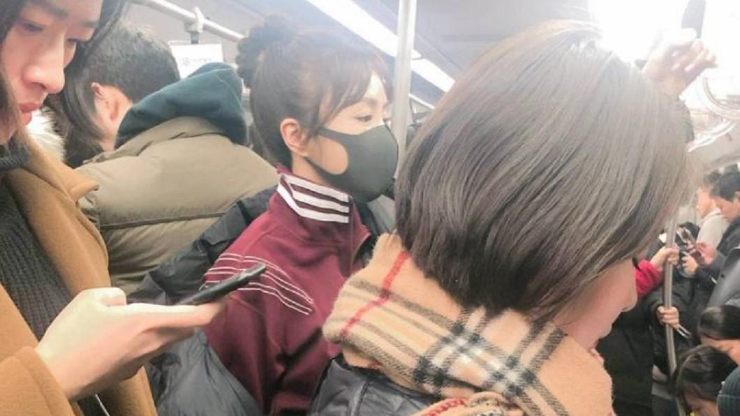 圖/翻攝微博 別滑手機了!野生秦嵐搭地鐵「超仙美貌」只有她看到