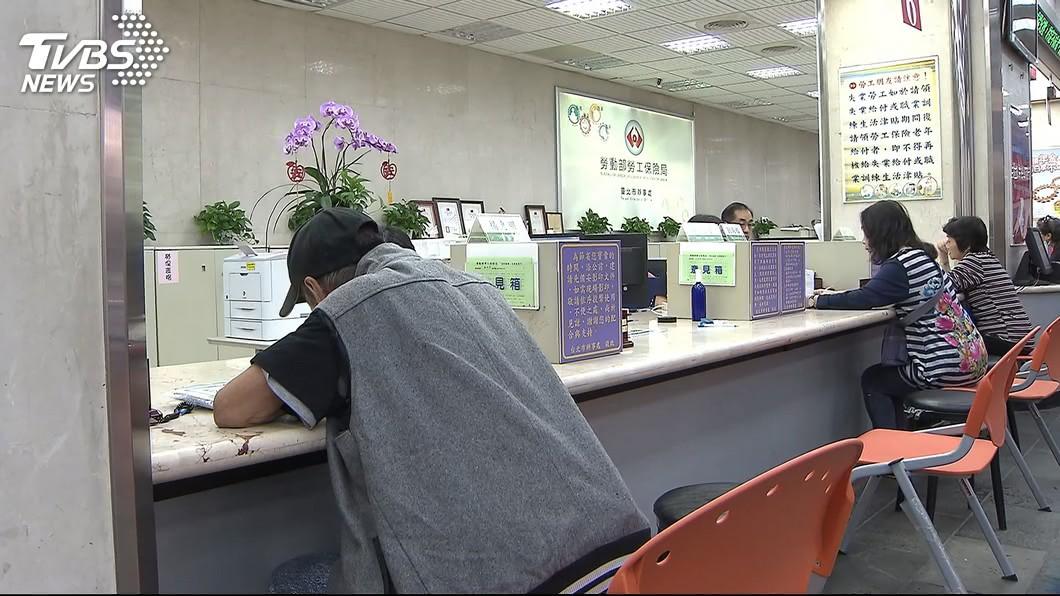 圖/TVBS 國保欠繳期限到 逾期未繳者恐將少領好幾十萬