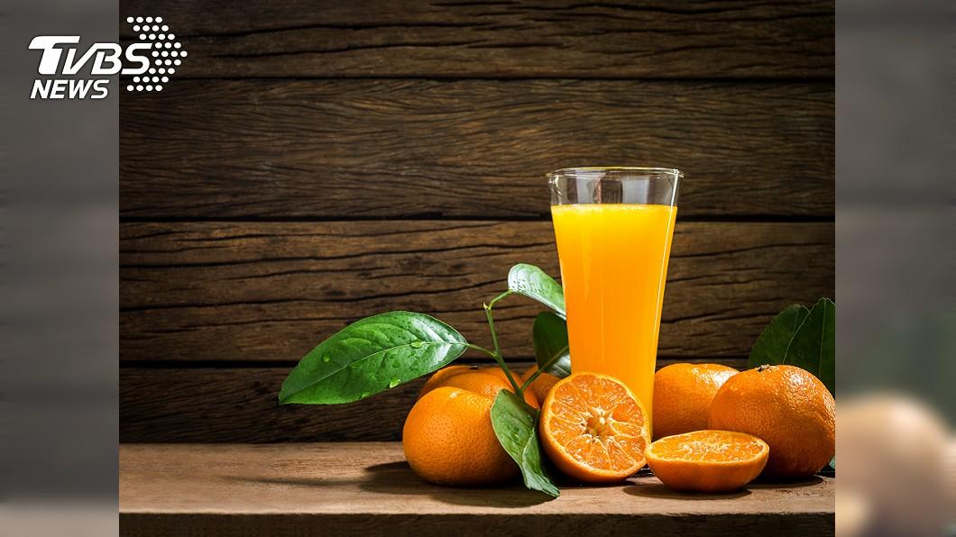 專家表示,不建議把所有水果都打成汁來喝,因恐導致其營養減少。圖/TVBS 橘子擺放有學問! 「這樣吃」浪費營養
