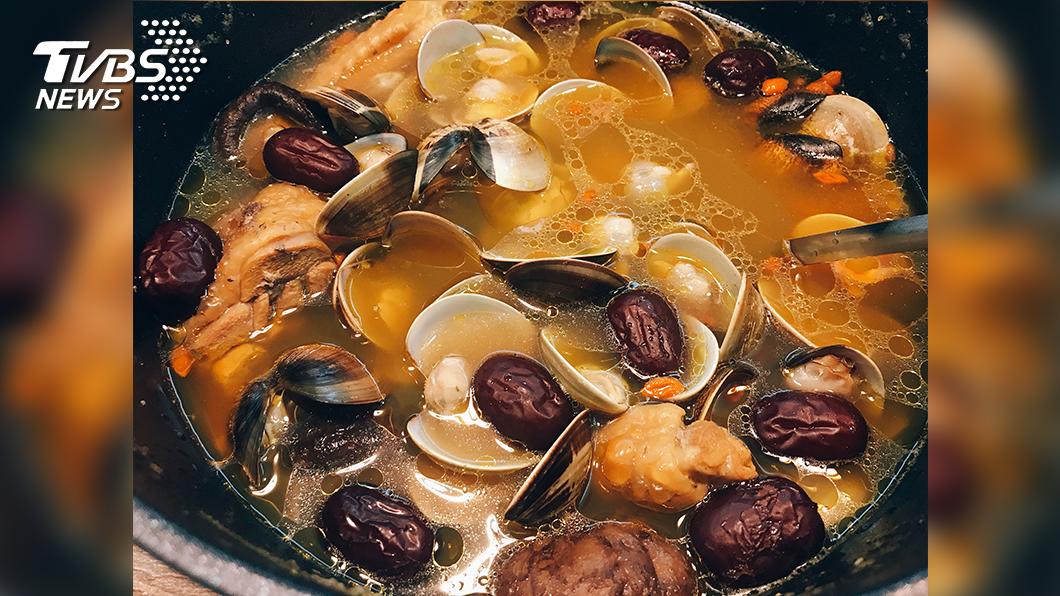 蔡宜靜拿手菜「黃金蟲草蛤蠣香菇雞湯」。(圖/TVBS)