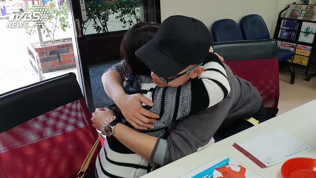 劉士忠找到生母,2人開心地相擁而泣。(圖/新北市戶政事務所提供) 戶所一通電話…失散28年母子重逢 淚眼相擁讓人哭了