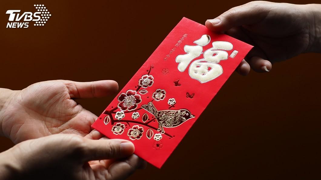 網友收到親戚給的紅包。示意圖/TVBS 開心拿到紅包…打開竟是4張「伍佰」 網笑翻:真大方!
