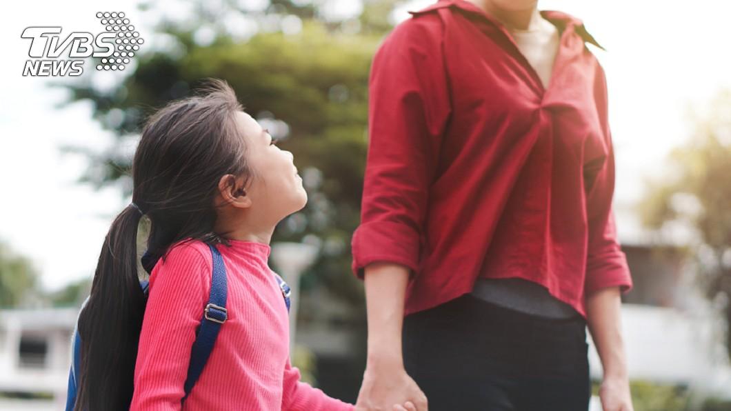 7歲女童寫假條幫媽媽請假,想要2人一起去滑雪。示意圖/TVBS 「放媽1日假…」女童生日求陪伴 暖哭董座親自「加碼」