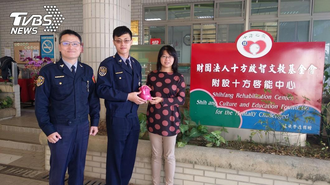 派出所的員警們親自將捐款送至啟能中心。(圖/TVBS) 寒冬送暖!啟能中心捐款縮水2百萬 警存錢助慢飛天使