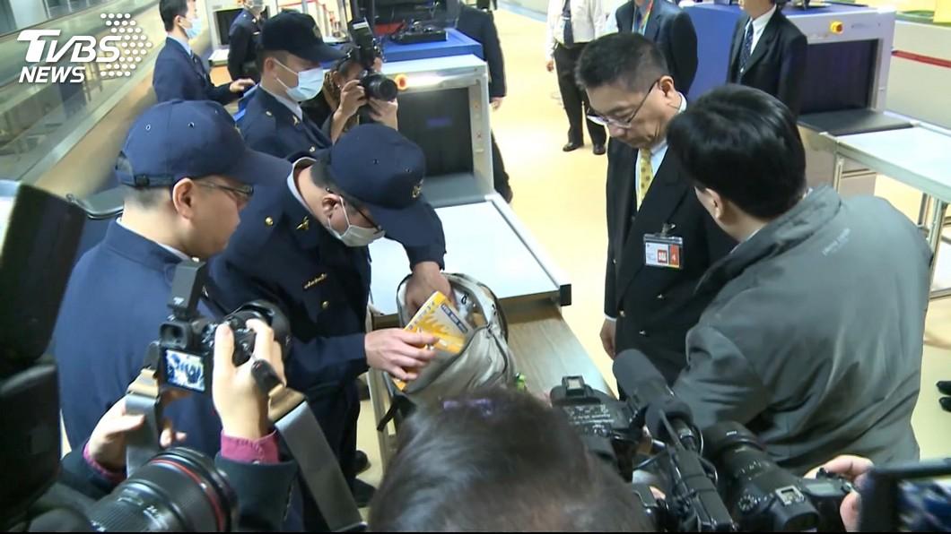 圖/TVBS 徐國勇視察機場X光機裝設 查驗新措施2/2上路