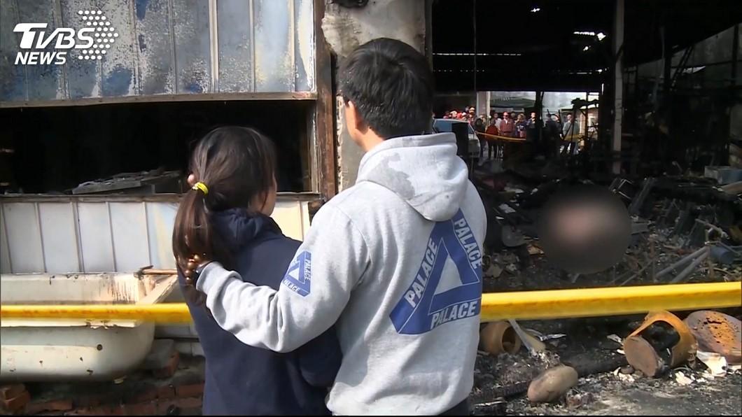 一場無情惡火帶走3人,家屬悲慟不已。圖/TVBS