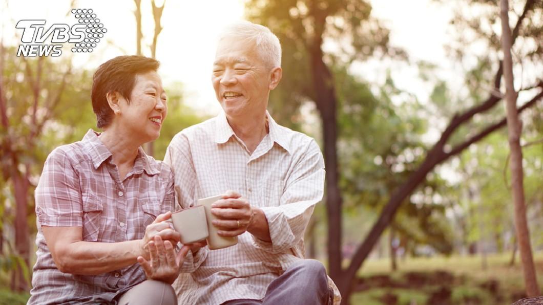 研究顯示,快樂能使人更長壽。示意圖/TVBS 過年包個大紅包給長輩吧! 研究顯示:快樂老人活更久