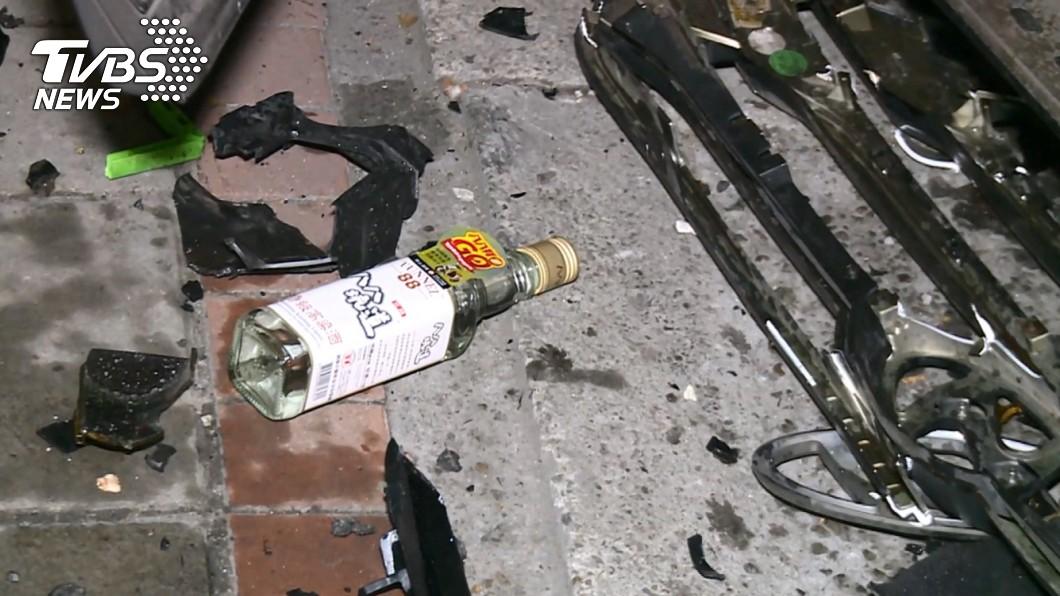酒駕客車的駕駛座旁掉出一瓶高粱酒。(圖/TVBS) 酒駕累犯奪2命!駕駛座還掉出1瓶高粱 網:蓄意謀殺