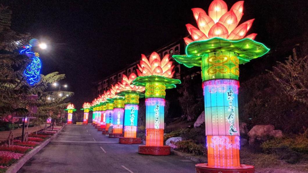 高雄燈會這次有佛光山提供的大型手工蓮花燈。翻攝/高雄旅遊網 蓮花燈遭酸「嚇人」 韓國瑜罕見動怒:為何要唱衰高雄