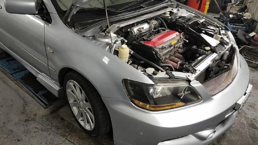 圖/翻攝自臉書「爆廢公社」 被老公笑買二手「紙糊車」 她打開引擎蓋看...是真的