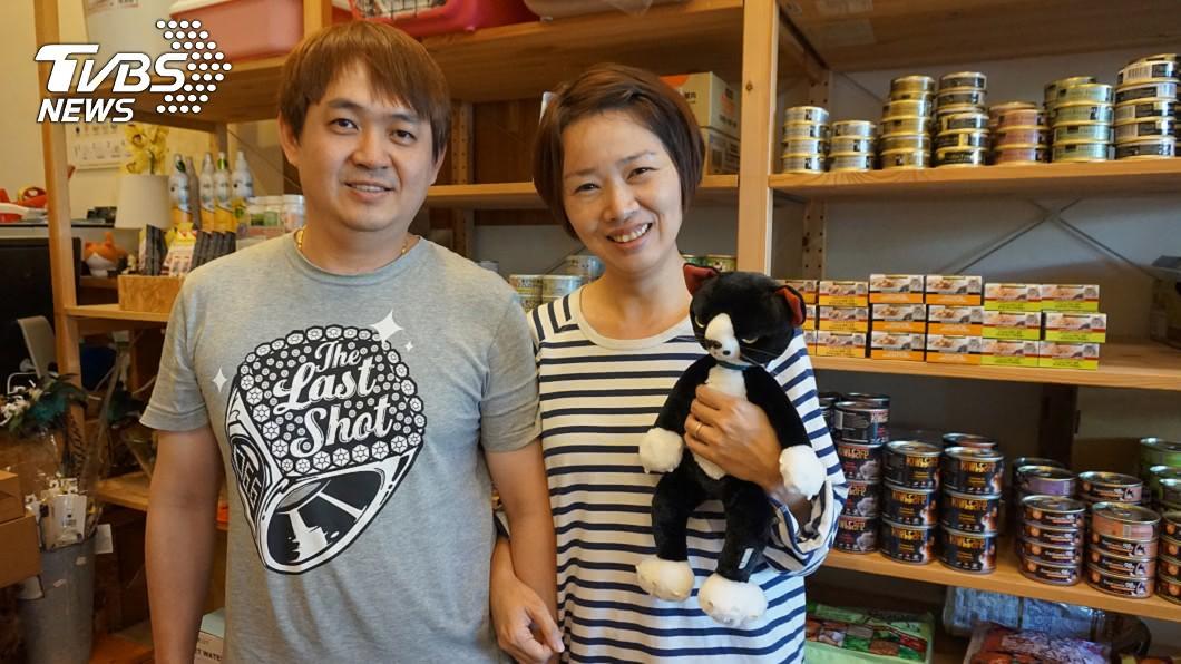 開設貓旅館的呂嘉齡(右)和先生3年前開始「零廢棄生活」,每月垃圾量僅104公克。(圖/中央社)
