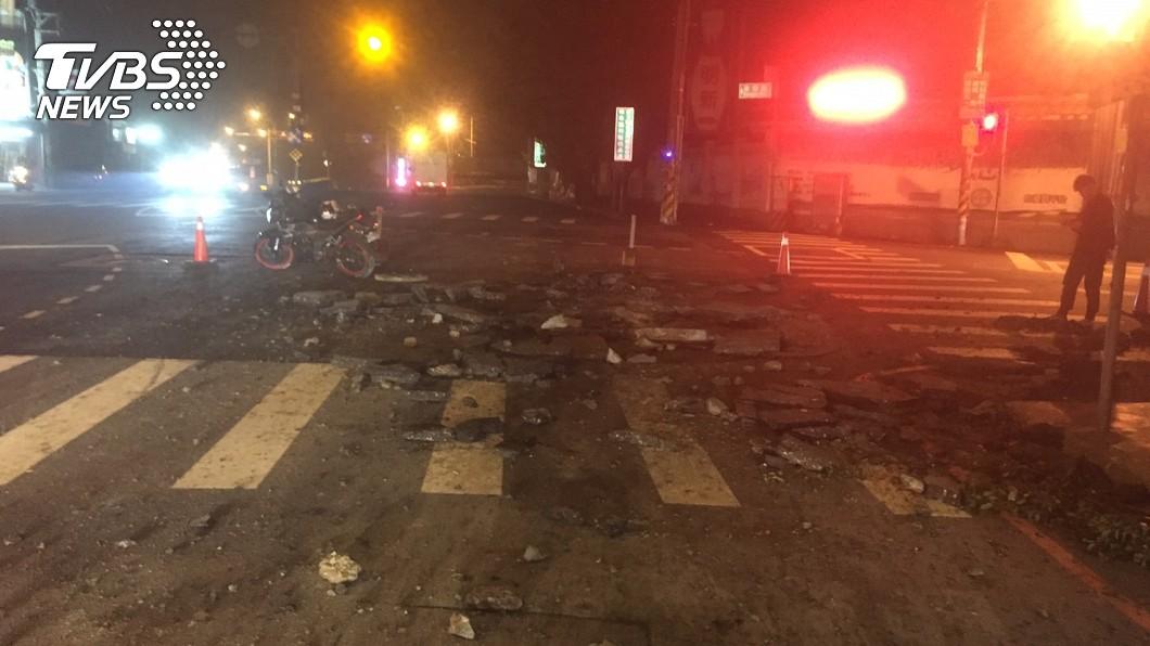圖/中央社 人孔蓋噴飛!新竹大馬路凌晨氣爆 炸出4米坑洞