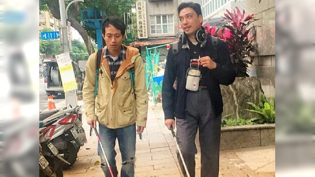 張哲豪跟著「盲人律師」李秉宏,學習如何使用盲人杖。圖/翻攝自張哲豪Daniel Chang臉書