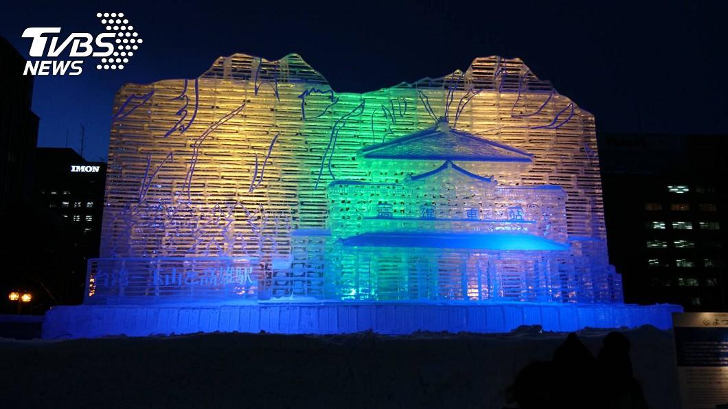 大通公園每日新聞社冰的廣場今年以「台灣-玉山與高雄車站」為題的冰雕壯觀,夜晚光雕如夢如幻。(每日新聞社提供) 夢幻登場!北海道札幌雪祭 200座冰雕亮相
