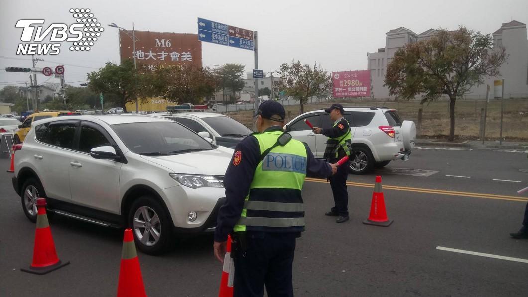 楊姓水電工去年10月遇上警察臨檢,並坦承自己酒後上路。(示意圖/TVBS) 法官怒了!水電工9年7次酒駕被抓 被重判1年2月