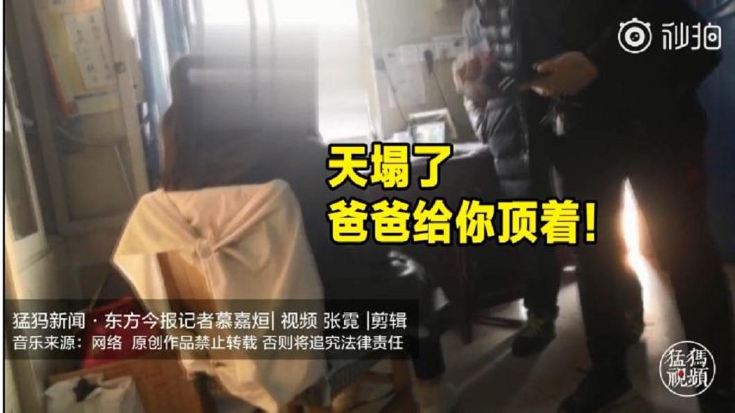 鄭州一名少女在學校遭到霸凌,父親得知後霸氣安慰她。(圖/翻攝自秒拍) 遭同學霸凌排擠…少女不想回家 霸氣父:天塌了爸幫妳頂
