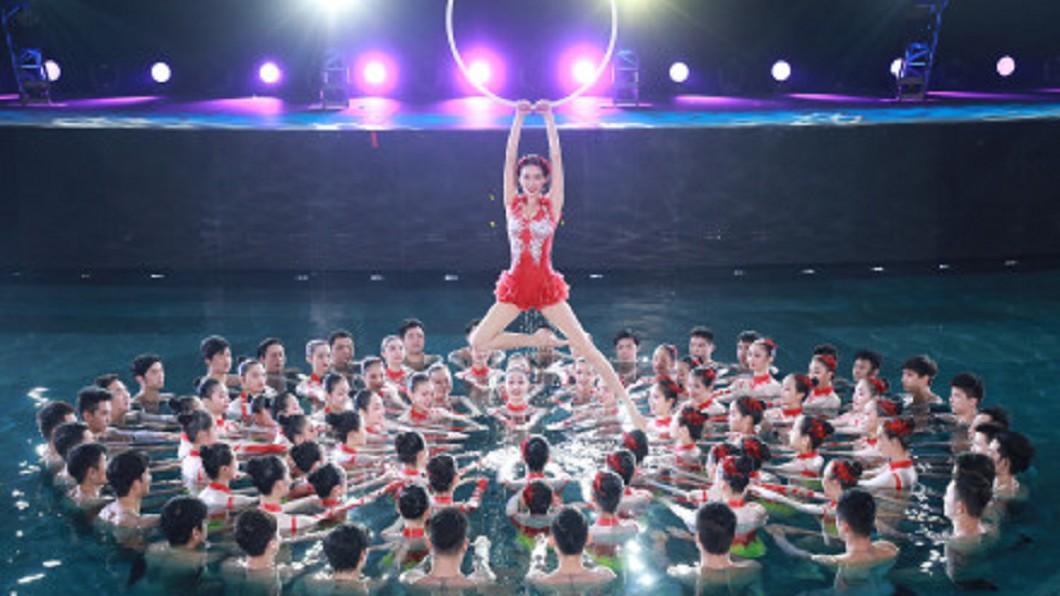 林志玲春晚表演水上芭蕾舞。圖/翻攝自林志玲工作室微博 睽違8年!林志玲《春晚》跳水上芭蕾 優雅身姿驚豔全場
