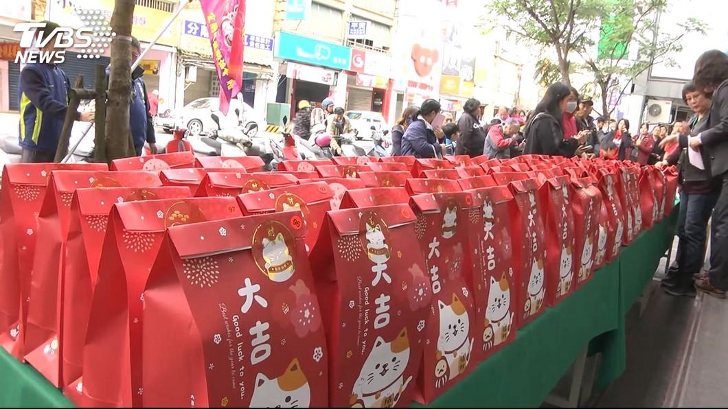 新的一年到來,各大百貨或賣場都會販售福袋,吸引民眾購買。(示意圖/TVBS) 癌逝夫託夢「一定要買福袋」 母女首次合買就抽中汽車