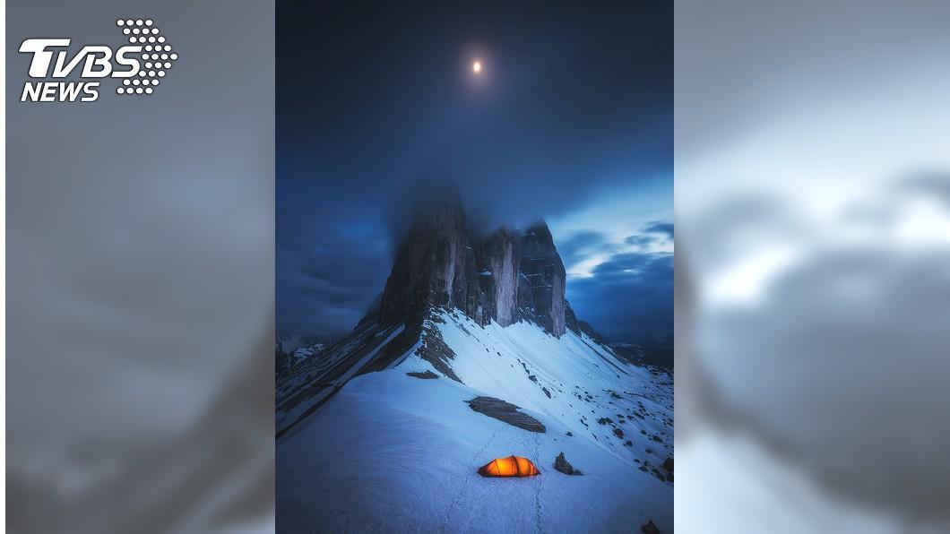 台灣攝影師郭子揚拍攝義大利拉瓦雷多三尖峰的美麗霧景,入圍索尼世界攝影大賽的「景觀」組別。(圖/索尼世界攝影大賽提供)