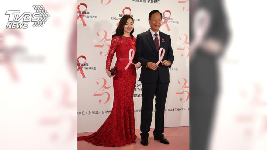 郭台銘(右)與妻子曾馨瑩。圖/中央社
