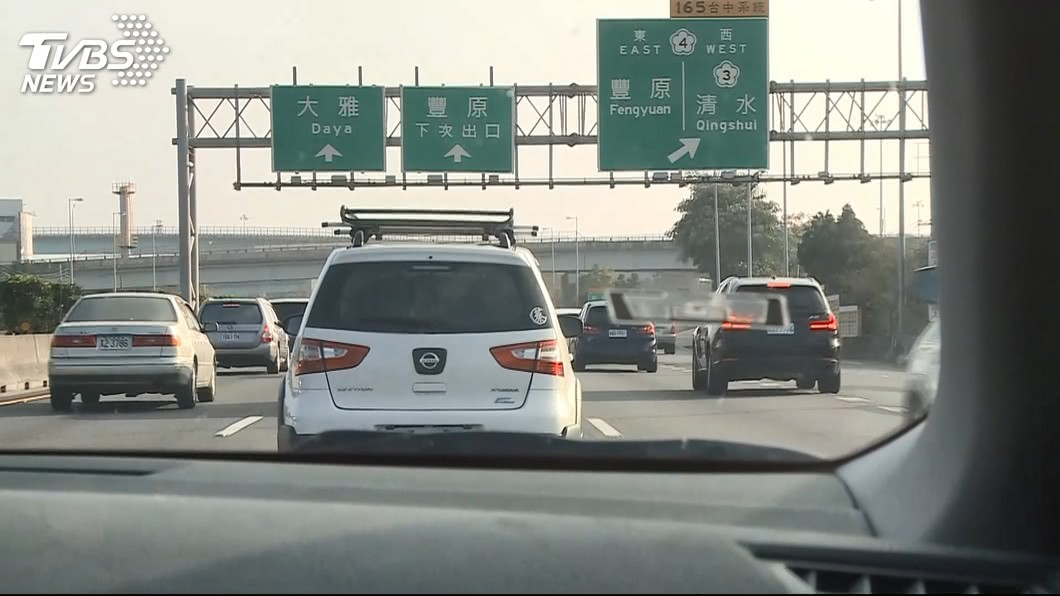 行駛在國道上若沒保持安全車距恐被開罰。(示意圖/TVBS資料畫面) 「未保持車距」噴3千崩潰 警淡定:這種罰單很常見
