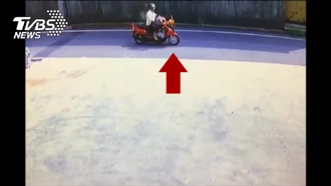 監視器拍到老婦生前最後騎車到農田的身影。(圖/TVBS)
