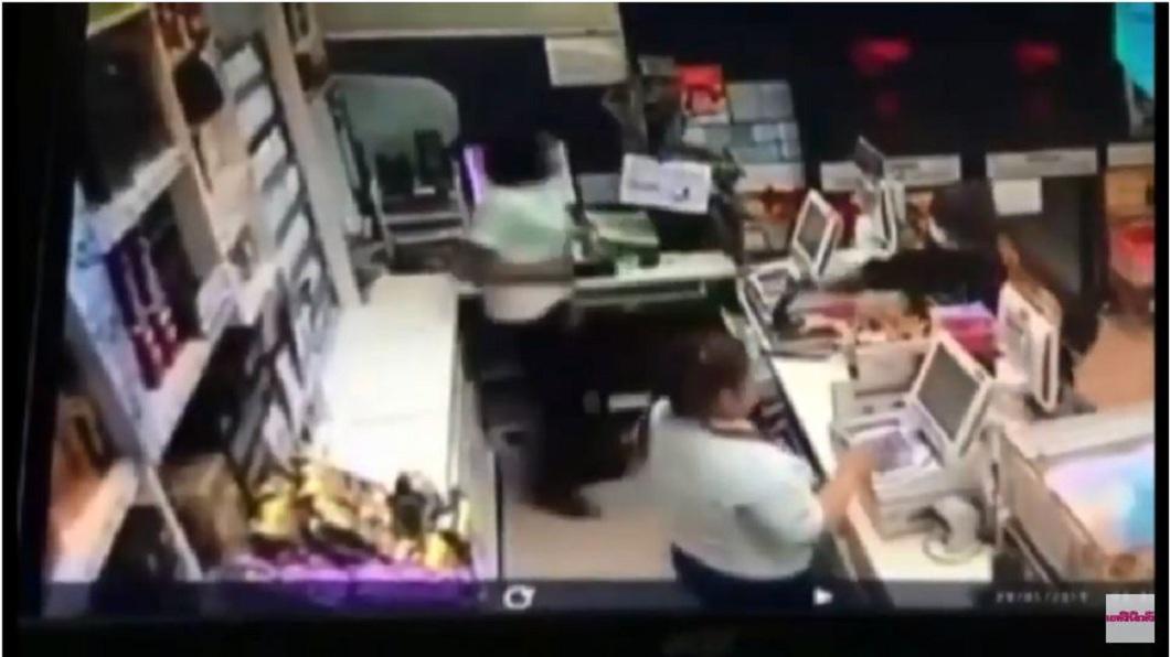 泰國一間超商日前遇到搶案。(圖/翻攝自YouTube) 歹徒搶超商女店員翻櫃逃跑 被同事拉回當「肉盾」擋刀