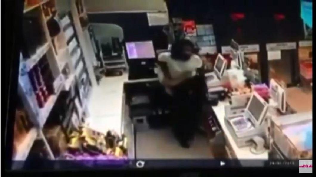 當時其中一名身材較瘦的女店員趁機要翻越饋台逃跑時,被另名身材較壯碩的女同事一把抱回。(圖/翻攝自YouTube)