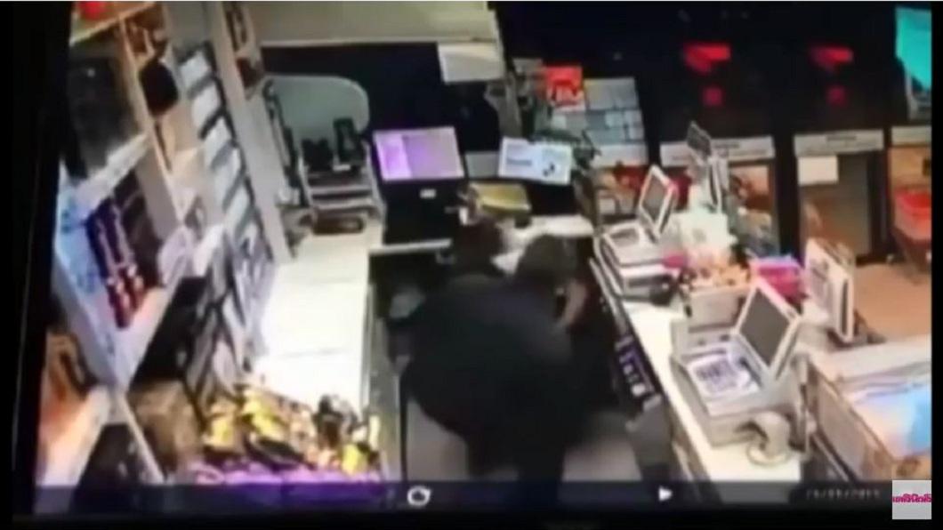 搶匪闖進櫃台後持刀刺人,,壯碩的女店員竟把較瘦弱的同事當成人肉盾牌,害對方腹部被刺。(圖/翻攝自YouTube)