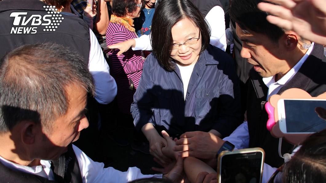 總統蔡英文今天(7日)到鹿港天后宮參拜,人潮爆滿。圖/中央社 蔡總統鹿港天后宮發福袋 排隊人潮熱鬧滾滾
