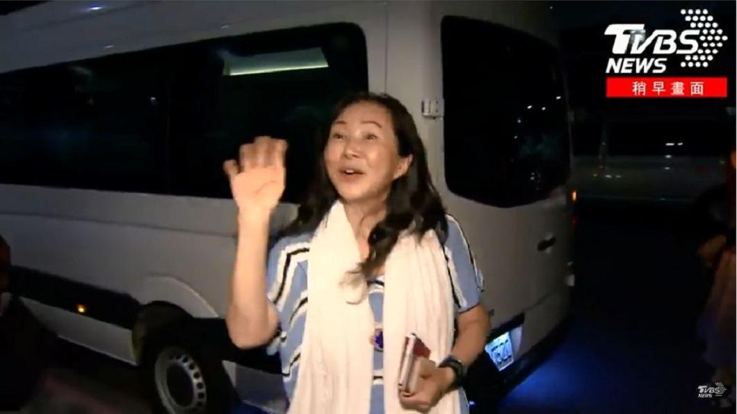 一行人離去前,李佳芬仍不忘向在場守候的媒體慰勞辛苦了。(圖/TVBS)