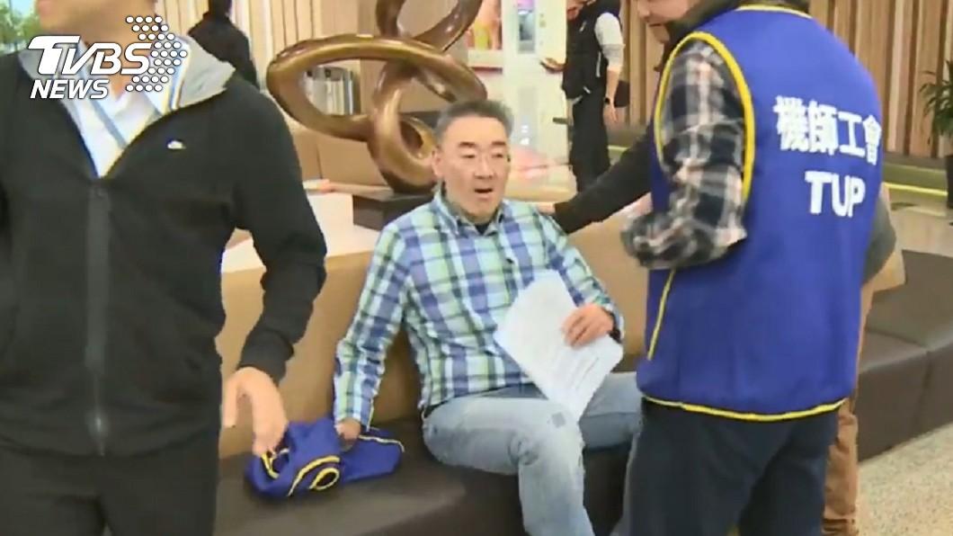 該名聲援機師事後已到附近椅子上休息。圖/TVBS